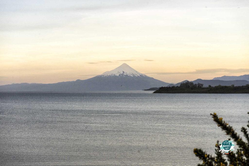 Tramonto sul lago Llanquihue con vista sul vulcano Osorno