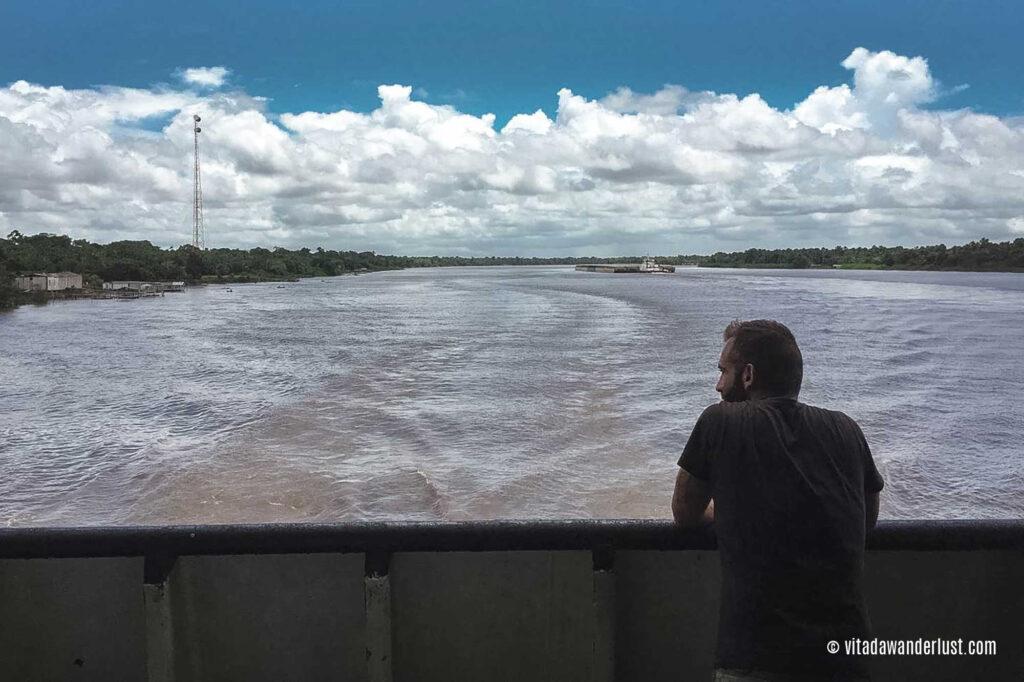 Osservando il Rio degli Amazzoni