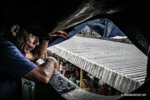 Un signore guarda il molo durante una delle fermate